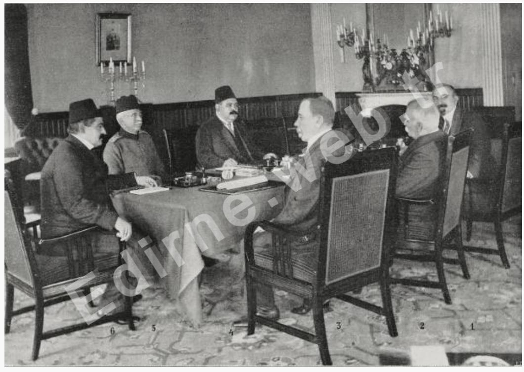 Edirne ve Trakya'yı Türkiye'ye döndüren barış görüşmelerini sonuçlandırmak üzere Türk-Bulgar delegelerinin oturumu 1 Tocheff, 2 Natchivitch, 3 General Savoff, 4 Başbakan Halil Bey, 5 Deniz Kuvvetleri Bakanı