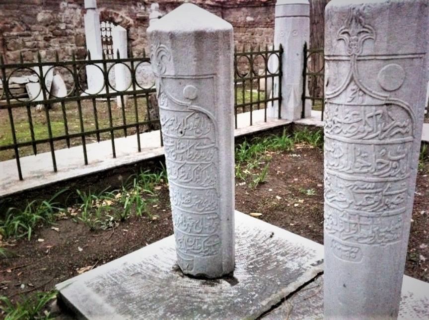 Melek İbrahim Paşa'nın (solda) ve Merzifonlu Kara Mustafa Paşa'nın (sağda) kabirleri