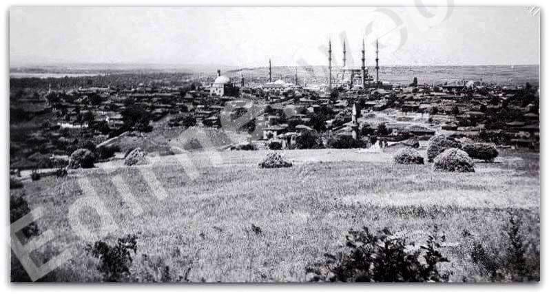 Solda Taşlık Mahmut Paşa Camii ve Selimiye Camii