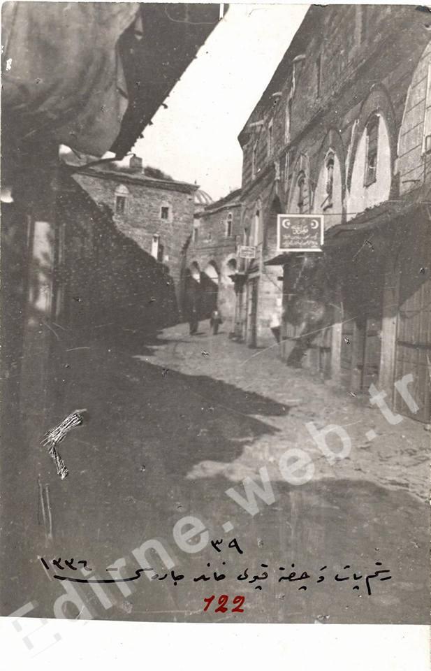 Solda İki Kapılı Han, sağda Rüstem Paşa Kervansayı